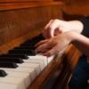 Criança e adulta ao piano