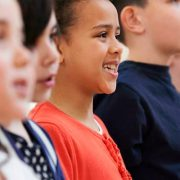 Criança cantando em coro