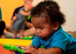 Bebé com brinquedo musical