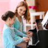 Criança com professora ao piano