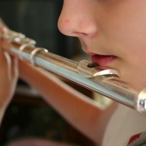 Criança tocando flauta transversal