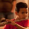 Menino tocando flauta transversal