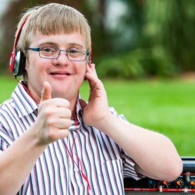 Jovem DJ com síndrome de Down
