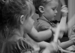 Crianças do jardim de Infância tocando