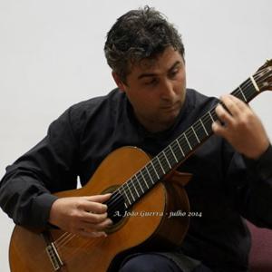 Aires Pinheiro tocando guitarra