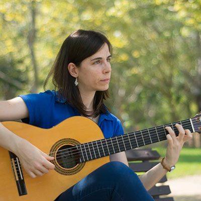 Guitarrista Maria Correia tocando guitarra clássica