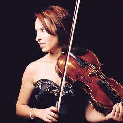 Raquel Bastos, violeta