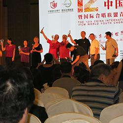 Carlos Santos Silva recebendo prémio em Pequim