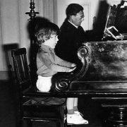 Artur Pizarro aos 3 anos com o professor Campos Coelho