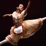 Jovem bailarina Carolina Costa