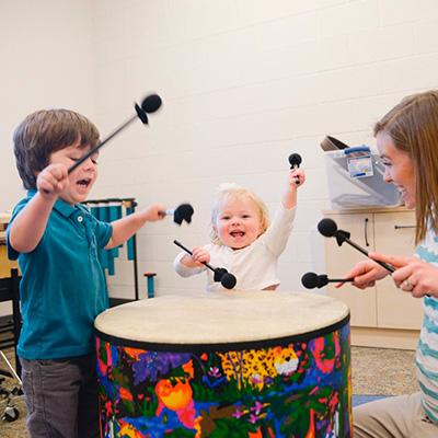 Crianças em musicoterapia