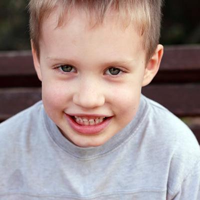 Menino com espetro do autismo