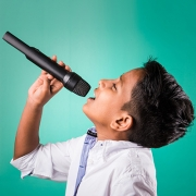Menino cantando