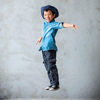 Criança saltando