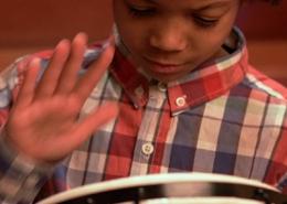 Criança tocando jambé