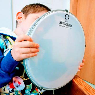 Criança com tambor de mão