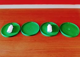 Tampas e frascos de iogurte, e representação de ritmo
