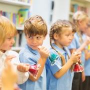 Crianças tocando sinetas