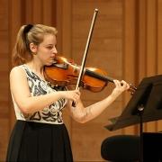 Violetista Ana Sofia Sousa tocando