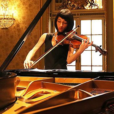 Violetista Joana Cipriano tocando