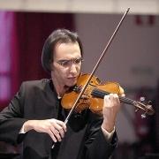 Violinista Carlos Damas tocando