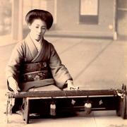 Geisha tocando yakumogoto