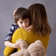 Criança abraça a mãe