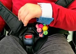 Criança com multideficiência tocando