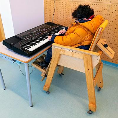 Criança com multidefiência ao teclado