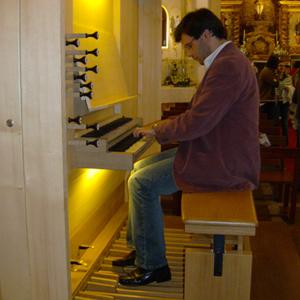 Nuno Mimoso ao órgão da igreja paroquial de Sendim, Felgueiras